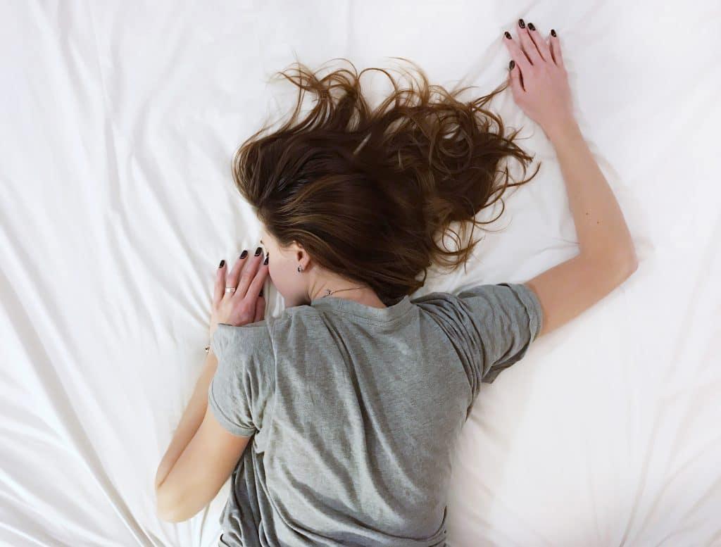 Donna a letto per dolori forti causa endometriosi