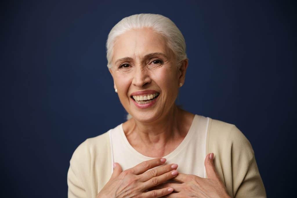 Donna di mezza età che sorride dopo aver ritrovato la serenità