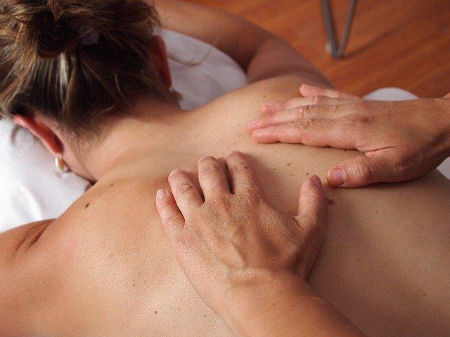 paziente da dermatologo con molti nei sulla schiena