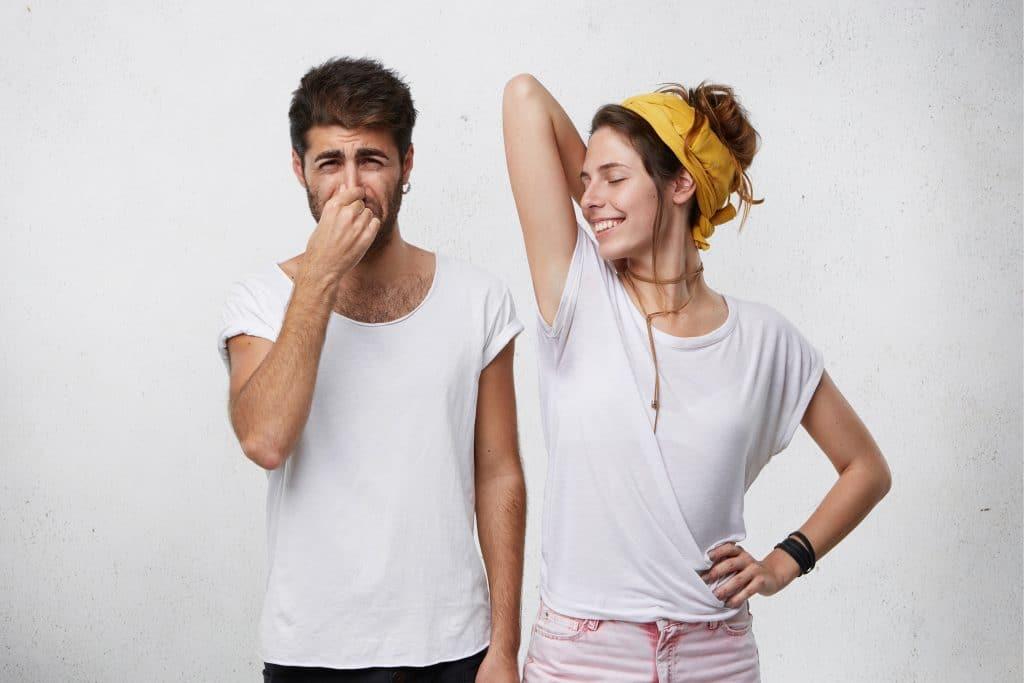 Senza botulino per ascelle, donna alza braccio e uomo si tappa il naso per l'odore