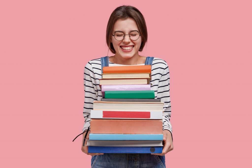Prevenzione donna - adolescente che ride mentre tiene dei libri