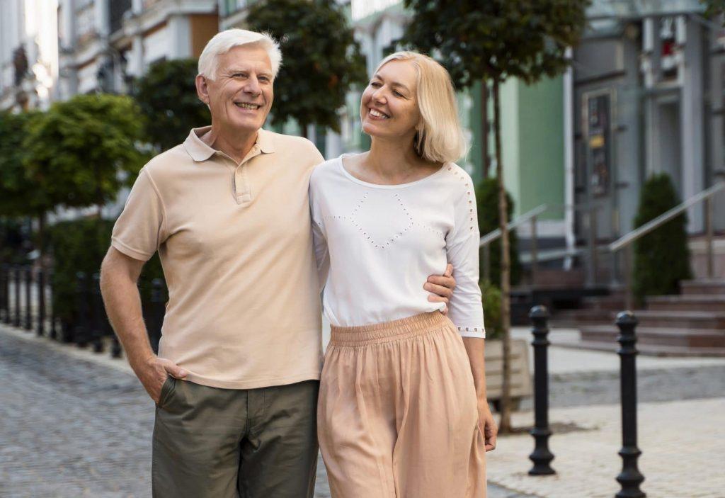 coppia di mezza età che cammina felice per le strade