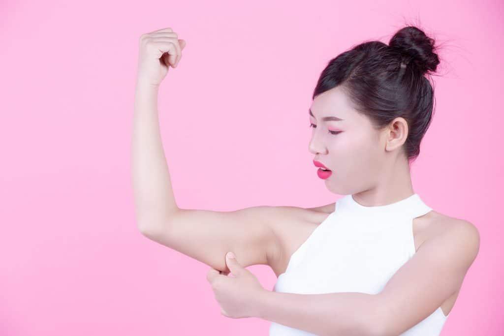 donna si tocca braccio per fare lifting alle braccia