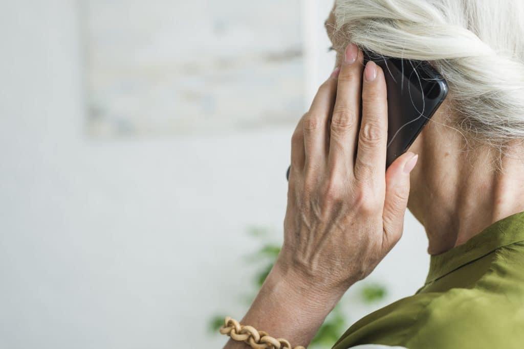 mano di donna anziana - lipofilling
